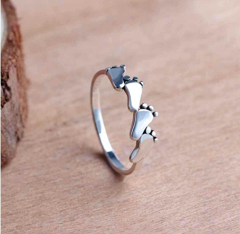 Nette Kleine Baby Füße Ring Einzigartige Design Fußabdruck Charme Finger Band Silber Farbe Reif Für Frauen Minimalistischen Schmuck Geschenk