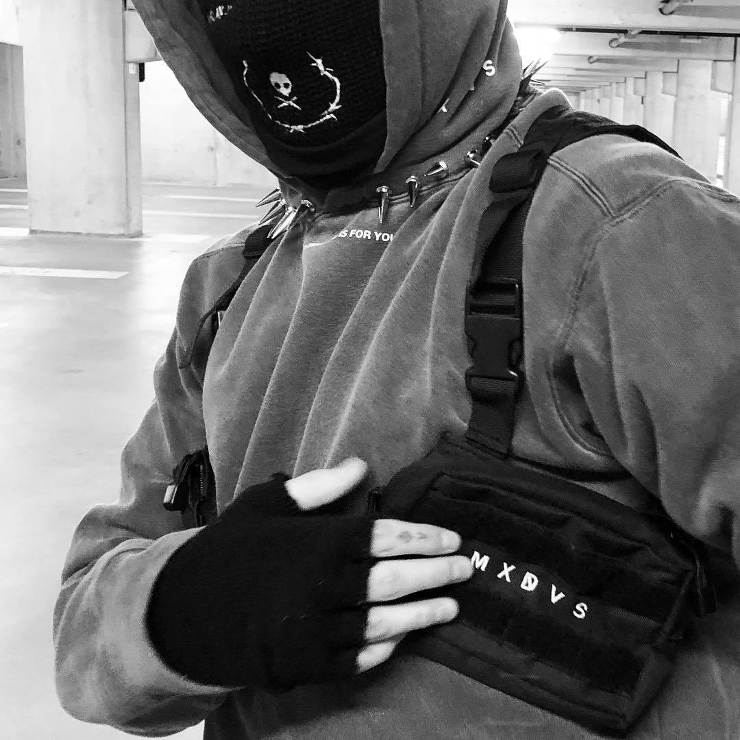 homem preto estilo hip-hop multi-funcional tático dois