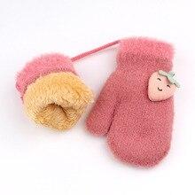 Зимние Детские перчатки унисекс; теплые милые детские вязаные перчатки с клубничкой; сезон осень-зима; утепленные варежки для девочек и мальчиков; для верховой езды