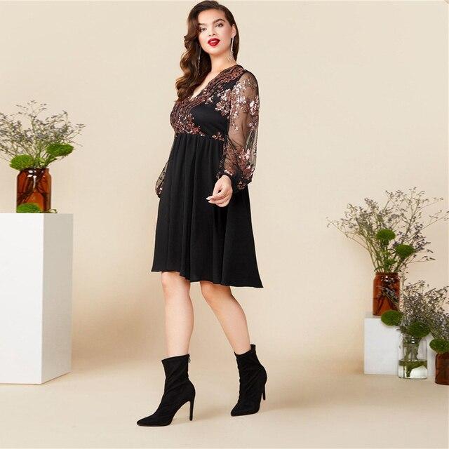 Vestido negro cuello V floral contraste lentejuelas manga flare Tallas Plus 2
