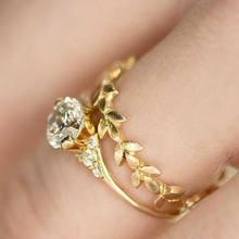 Комплект изысканных свадебных колец с белым цирконием и золотым