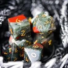 Cusdie Набор из 7 ручной работы крови каменные кости, 16 мм многогранные каменные кости набор с кожаной коробкой, DND кубики для коллекции