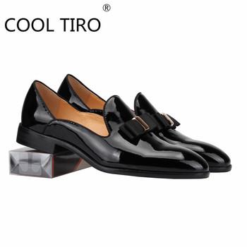 Cool Tiro Fashion męskie buty wsuwane muszka czarne lakierki wsuwane mokasyny luksusowe palenie mieszkania męskie buty ślubne tanie i dobre opinie PRAWDZIWA SKÓRA Ze świńskiej skóry Z patchworku Dla osób dorosłych Skóra bydlęca ZAOKRĄGLONY PRZÓD RUBBER Dobrze pasuje do rozmiaru wybierz swój normalny rozmiar