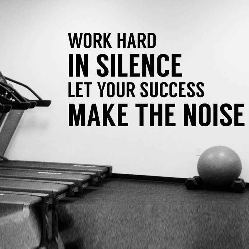 Трудолюбивый в тишине Мотивирующий на занятия фитнесом Цитата Наклейка на стену тренировка успех вдохновляющий виниловый стикер искусств...