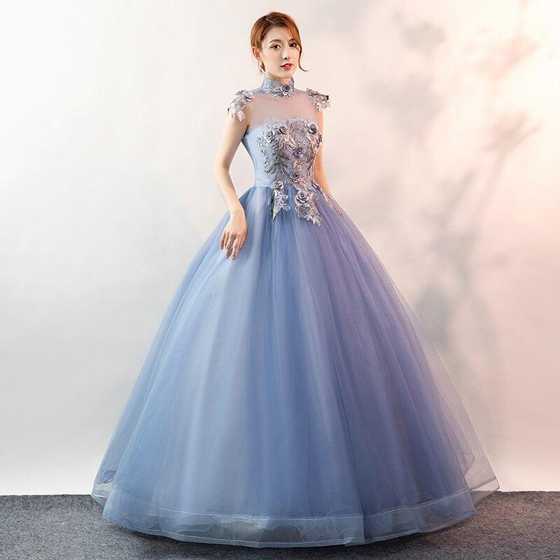 Светло голубое платье со стоячим воротником и цветочной вышивкой; бальное платье в стиле ренессанс; платье королевы в викторианском стиле/
