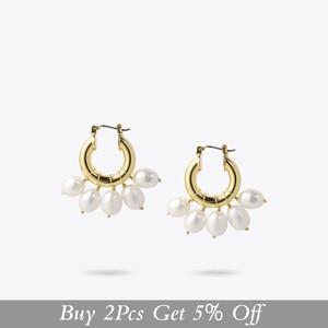 Image 2 - ENFASHION Natürliche Perle Hoop Ohrringe Für Frauen Gold Farbe Nette Kleine Kreis Hoops Ohrringe Modeschmuck Ohrringe E191117