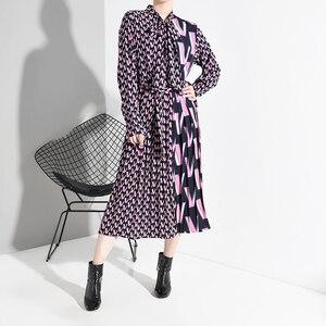 Image 3 - [EAM] vestido Midi dividido con estampado de patrón para mujer, nuevo cuello de lazo, manga larga, ajuste suelto, moda de marea, primavera otoño 2020 A872