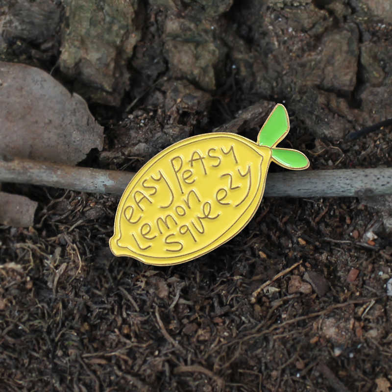 "Baru Lucu Kuning Lemon Buah Bros ""Mudah Sekali Lemon Squeezy' Kuning Lemon Cerah Enamel Pin Lencana Ransel Kerah Bros"