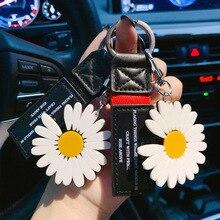 цена на Cute Little Daisy Keychain Keys Women DIY Metal Keyring Jewelry Bag Zinc Alloy Car Key Ring Flower Key Chains for Lovers 2020