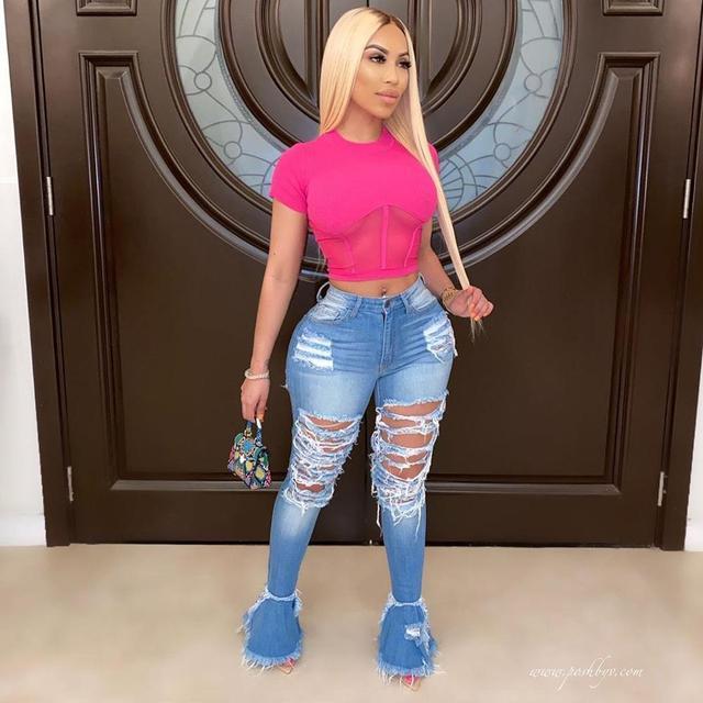 Фото женские рваные расклешенные джинсы с дырками камуфляжные уличные