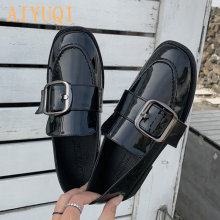 Туфли женские из лакированной кожи повседневные лоферы плоская