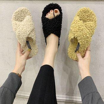 Solidne kapcie futrzane puszyste zimowe ciepłe futrzane pantofle damskie krzyżowe pluszowe z wystającym palcem miękkie buty na płaskiej podeszwie domowe buty damskie futrzane slajdy tanie i dobre opinie Grapara Futro CN (pochodzenie) RUBBER Mieszkanie (≤1cm) Pasuje prawda na wymiar weź swój normalny rozmiar Plush BF4372