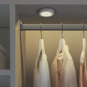 Image 2 - LED مصابيح بمستشعرات مستديرة جدار الدرج ليلة مصباح PIR محس حركة التعريفي مصباح الخزانة لتحت خزانة غرفة نوم المطبخ مصباح