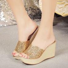 Женские сандалии на толстой подошве с пайетками