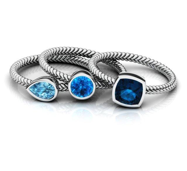 Фото женский набор обручальных колец серебряных с голубым цирконием