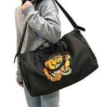 Kadın seyahat çantası büyük kapasiteli çanta su geçirmez naylon spor çantaları omuz bagaj işlemeli kaplan desen hafta sonu paketi