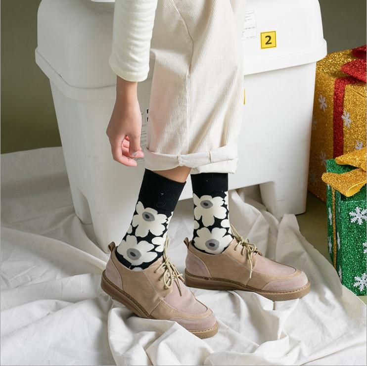Kaykay sokak kore streç pamuk siyah ve beyaz çiçek bayanlar orta tüp çorap şık çorap moda kızlar için