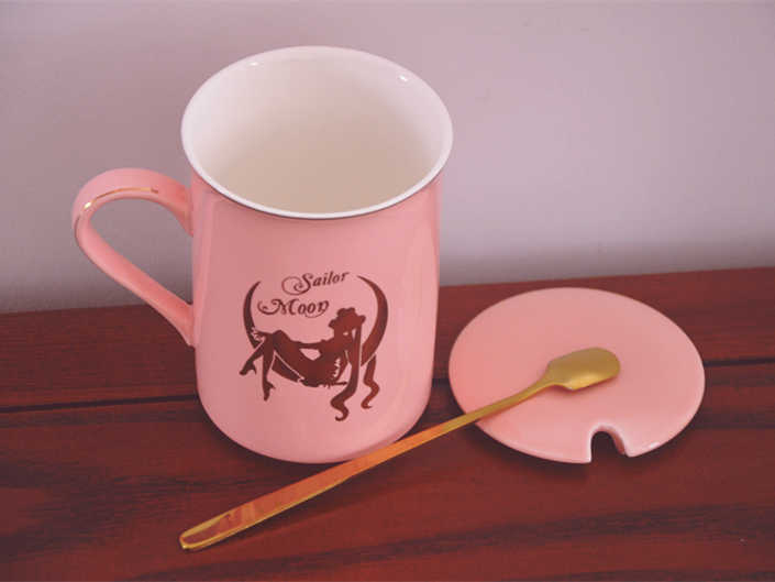Anime Sailor Moon สีชมพูกระดูกจีนแก้วกาแฟ Tsukino Usagi แก้วเซรามิคชุดถ้วยถ้วยและช้อนหญิงคริสต์มาสของขวัญ