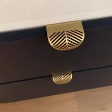 Скрытый латунный шкаф для мебели с золотыми листьями и стрекозой