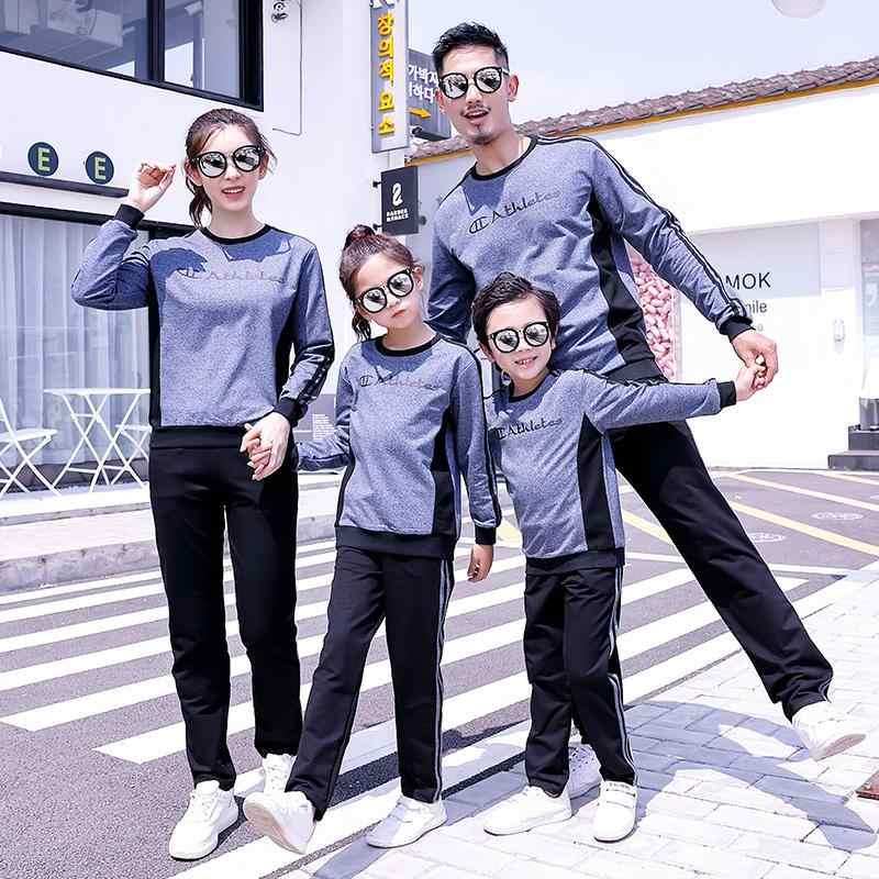 Объятия сын и дочь матери отправляют детям в школу Стоковое ... | 800x800