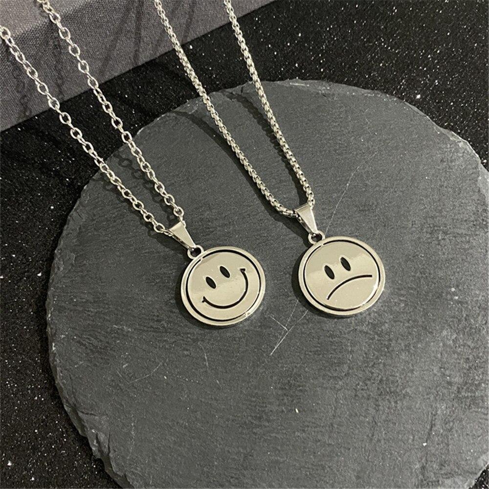 Милый двусторонний вращающийся рисунком в виде улыбающихся рожиц; Подвески и ожерелья для женщин простой дизайн, серебристый Цвет улыбающи...