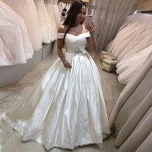 Женское платье с открытыми плечами белое поясом и бусинами аппликацией