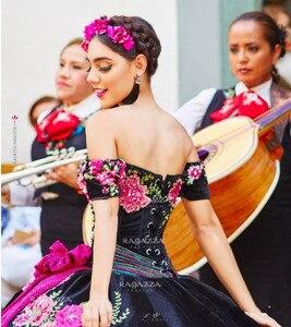 Image 2 - Siyah topu cüppe Quinceanera elbiseler kapalı omuz boyun boncuklu katmanlı tatlı 16 elbise organze çiçek aplike maskeli balo elbisesi