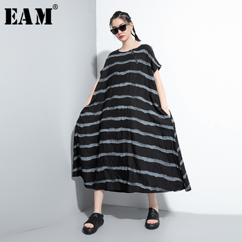 [EAM] Womenwhite Black Striped Big Size Long Dress New Round Neck Short Sleeve Loose Fit Fashion Tide Spring Summer 2020 1W768