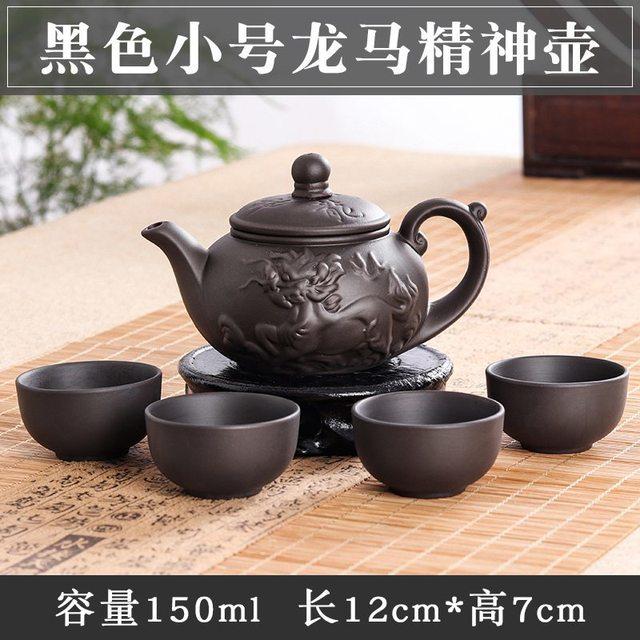 ערכת תה מסורתית עם קנקן מגולף וארבע כוסות