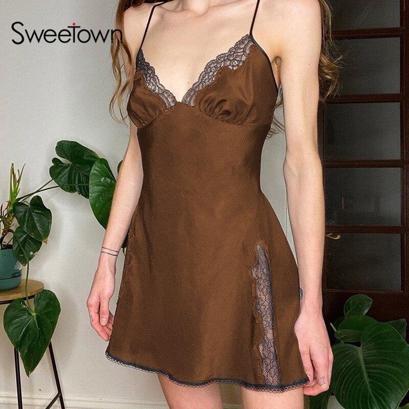 Sweetown Y2K Ästhetischen Nette Satin Mini Kleid Frauen Spitze Trim Braun Vintage Kawaii Kleidung Sleeveless V-ausschnitt Sexy E Mädchen kleider
