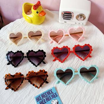 Dzieci piękne okulary przeciwsłoneczne w kształcie serca okulary dla dzieci dla dziewczynek chłopcy studenci okulary przeciwsłoneczne dla dzieci odcienie dla dzieci UA400 tanie i dobre opinie NoEnName_Null Dziewczyny Serce Żywica UV400 52mm 59mm