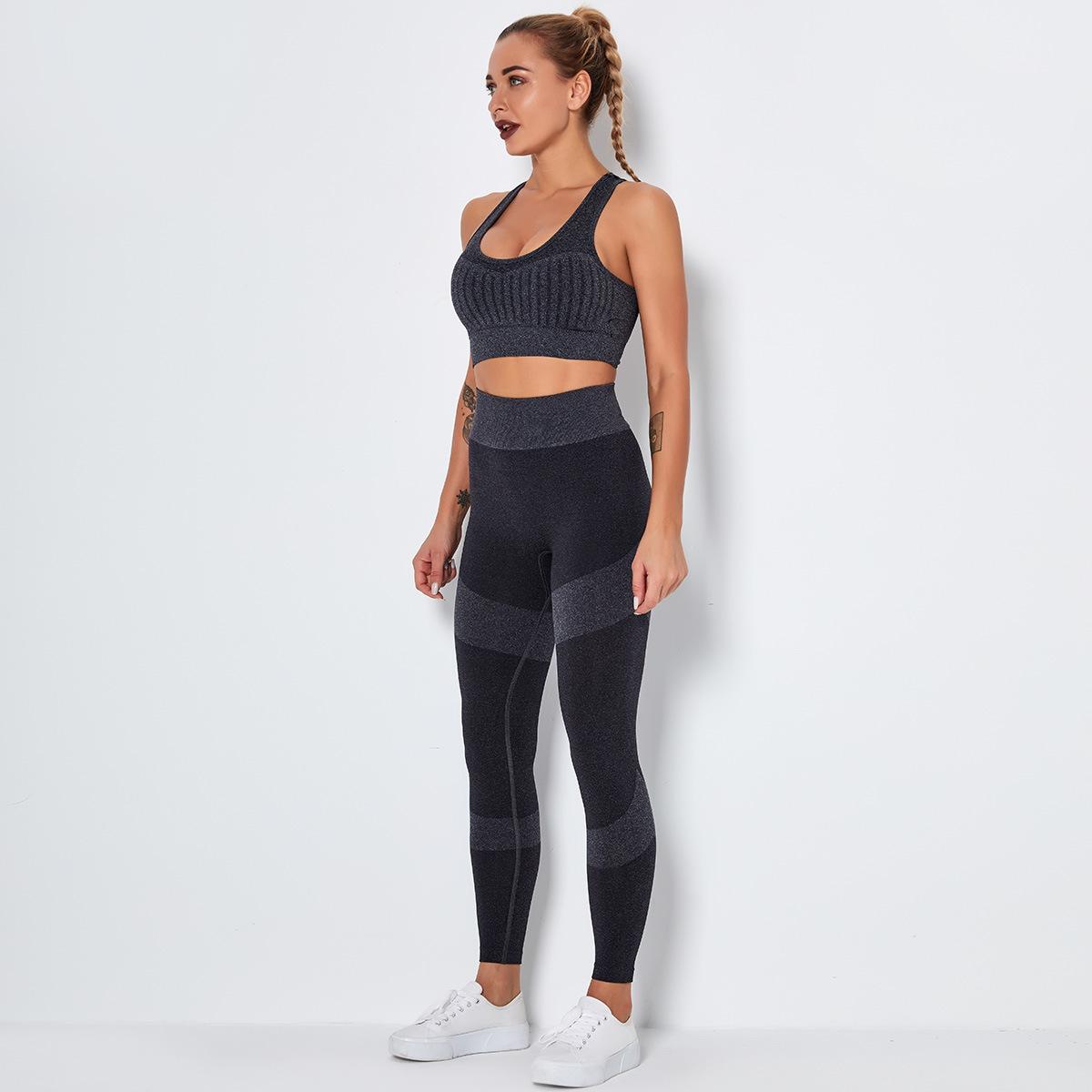 Women seamless sportswear set.