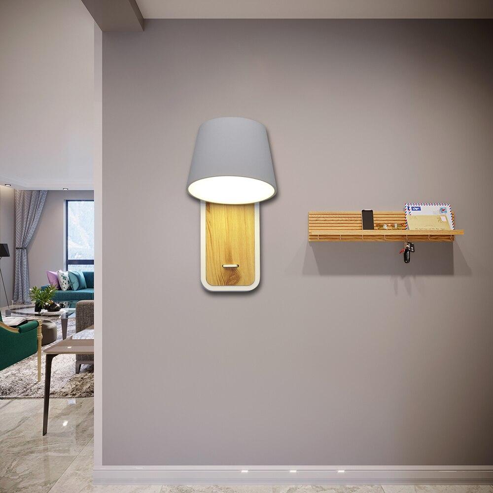 lâmpada de parede com base madeira e