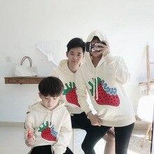 Семейный Модный корейский Повседневный свитер с капюшоном и принтом клубники одежда для мамы и дочки толстовки с капюшоном для папы и сына семейная одежда