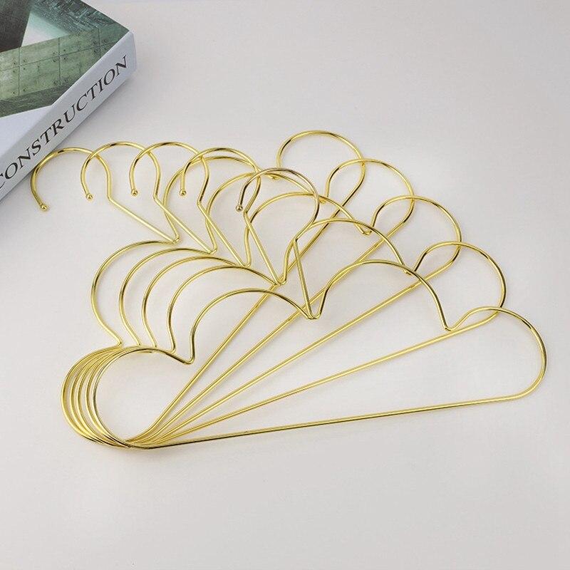 deslizamento de metal dourado cabides em forma
