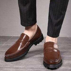 Image 1 - 2020 vestido de couro genuíno sapatos masculinos deslizamento on negócios casamento formal sapatos planos para homem