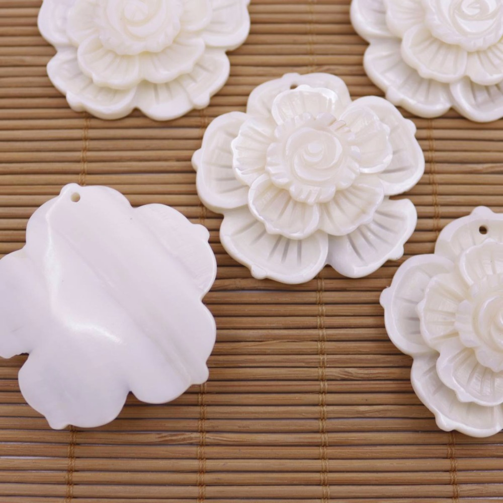 Купить с кэшбэком 5 PCS Natural White Shell Pendants Flower Mother of Pearl Loose Charms 45mm