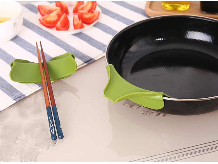 Creative Anti-spill Silicone Slip On Pour Soup Spout Funnel for Pots Pans and Bowls and Jars Kitchen Gadget Tool
