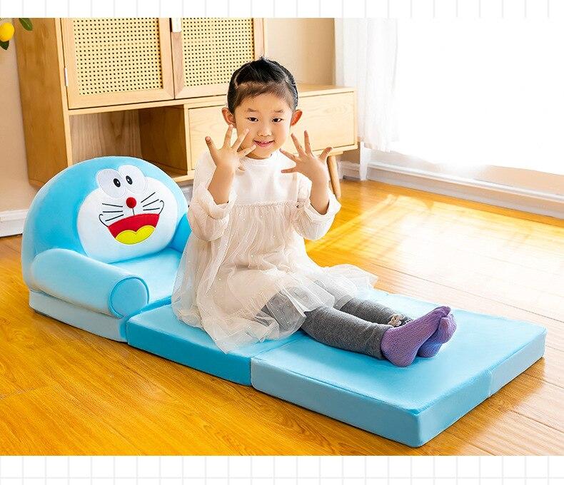 Cadeiras de bebé e sofá