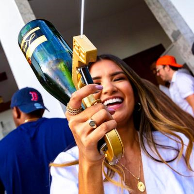 Champagne Wine Gun Sprayer Squirt Gun Shoot 30 Feet away Magic Wine Decanter Kitchen Bar Party Tools