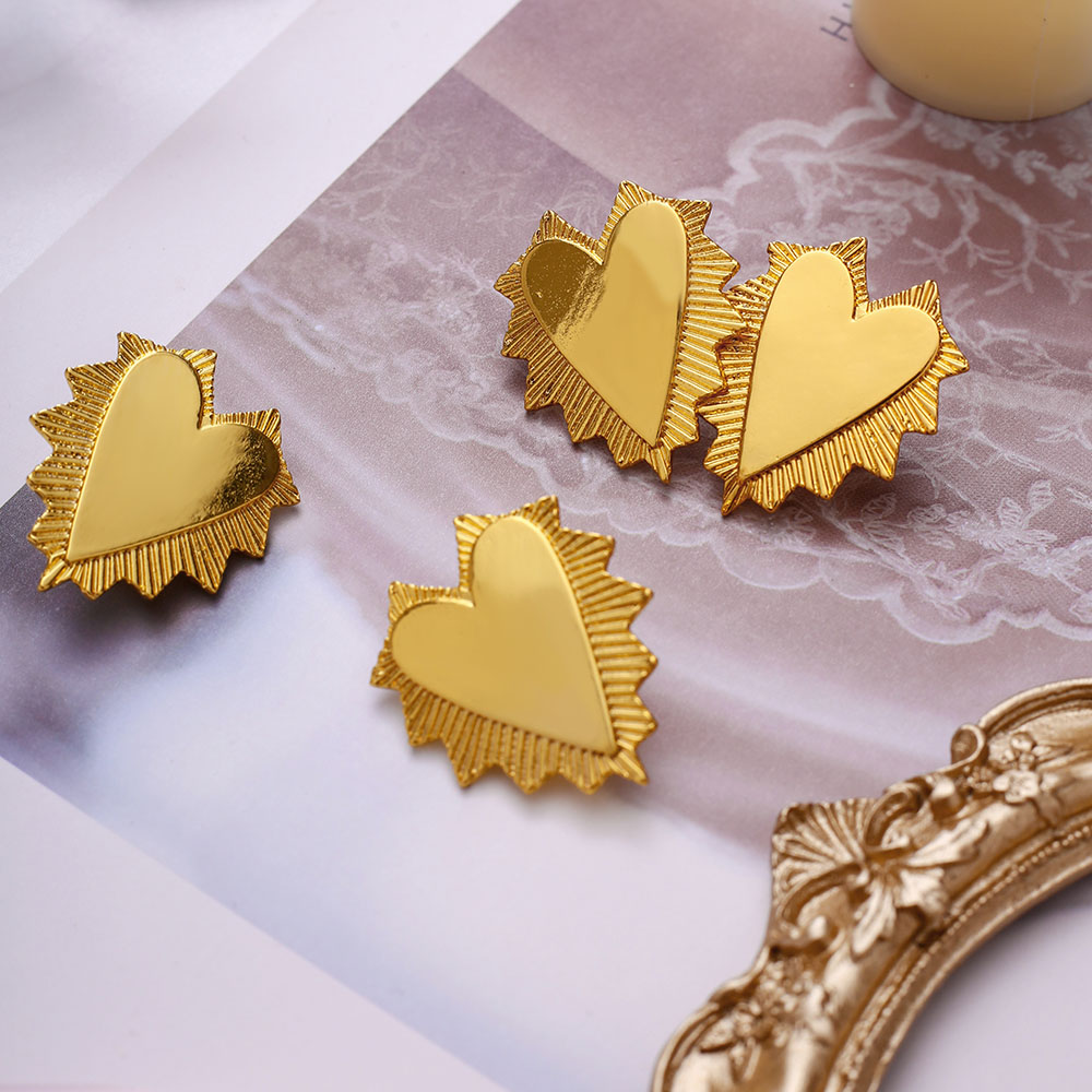 2020 New Fashion Irregular Spin Gold Heart Earrings Flower Embossing Three Heart Long Earrings Fashion Jewelry