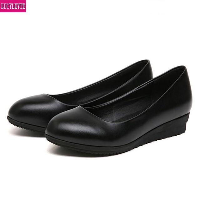 حذاء عمل كوري جديد ، حذاء أسود اللون ، حذاء عمل مستدير مناسب لجميع المباريات