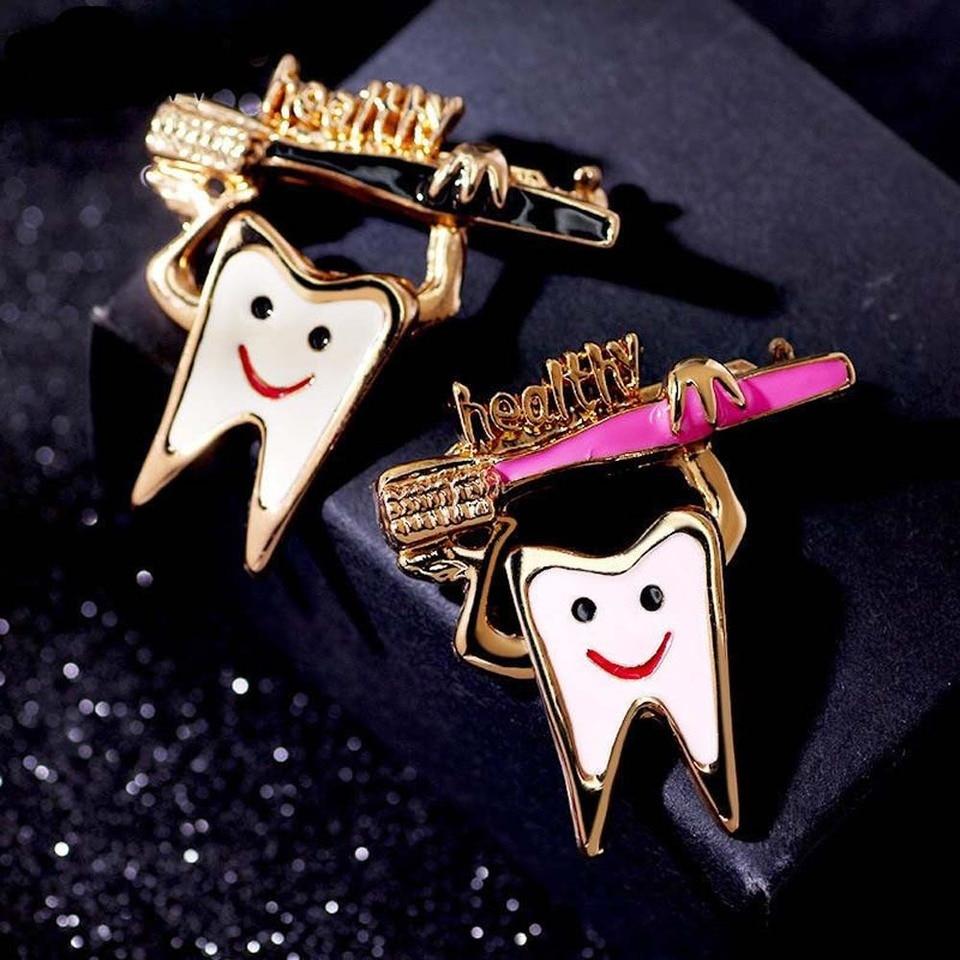 Cute Sweet Teeth Brooch Pins Enamel Health Logo Enamel Toothbrush Pin Badge Brooches And Pins Party Tooth Brooch 1Pcs