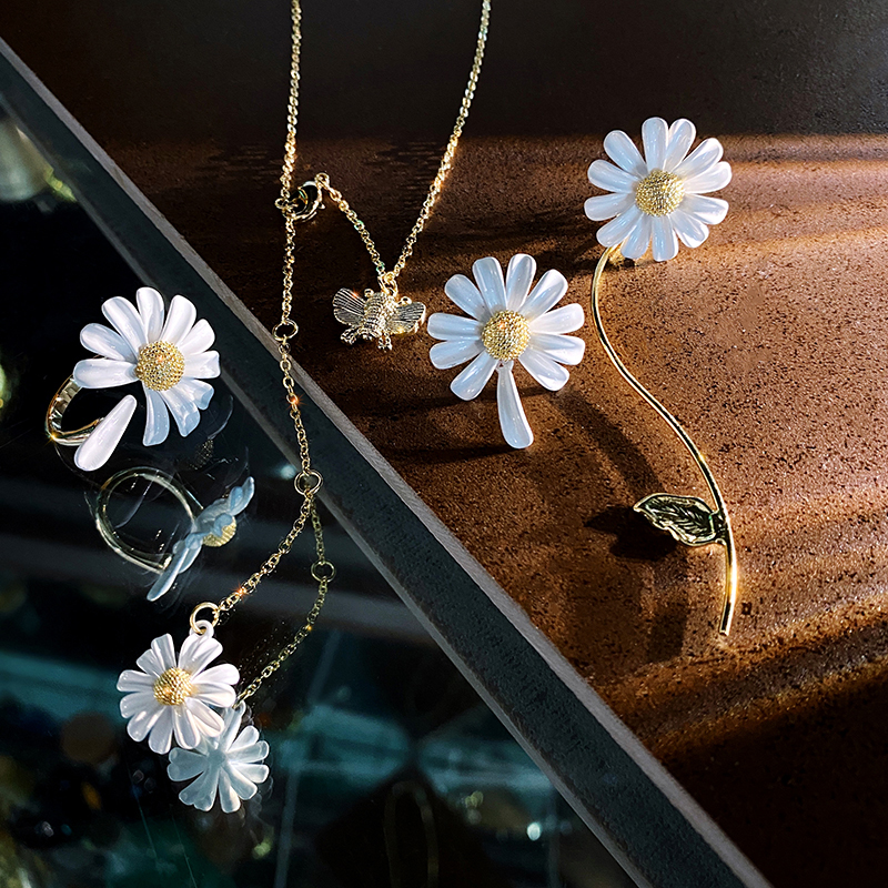 2020 Korean new design fashion jewelry elegant white daisy paint pendant alloy bee summer style female necklace