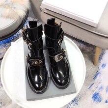 Chueyz Для женщин дизайн, круглая носок толстый каблук ботильоны на низком каблуке украшения из металла мотоботы ботинки martin Демисезонный сапоги