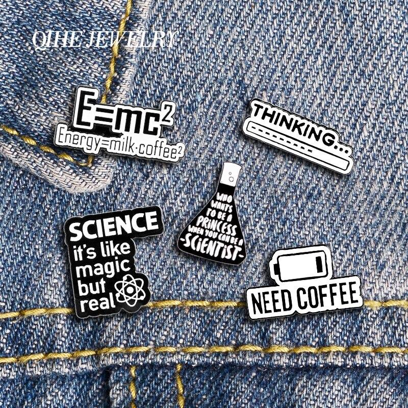 QIHE SCHMUCK Wissenschaft und Kaffee Spaß Emaille Broschen Schwarz Weiß Nette Metall Pins Abzeichen Rucksäcke Pins Mode Geschenke Für Freunde