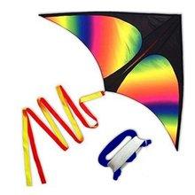 Радуга треугольный воздушный змей с линейная плата на открытом