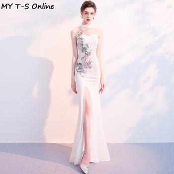 Wysoka sukienka Maxi z rozcięciem suknia kobiety Sexy Qipao haftowany kwiat suknia wieczorowa bez rękawów sukienki w stylu syreny Oversize Cheongsam tanie i dobre opinie POLIESTER Suknie 8C12219 SATIN CN (pochodzenie) White Red Black XS S M L XL XXL 3XL Full Length Sleeveless Mandarin Collar