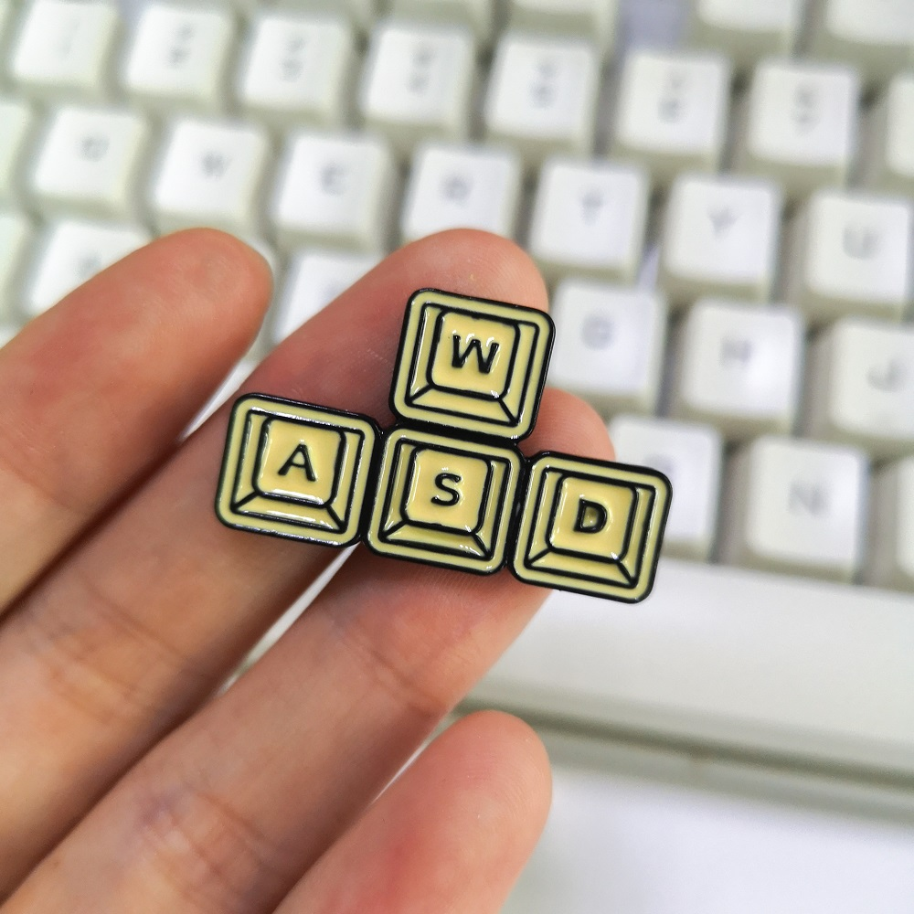 WASD GAMING KEYBOARD PIN BADGE NOVELTY PC GAMING GEEK