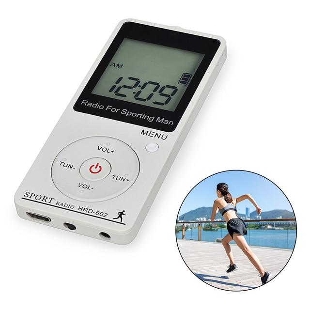 휴대용 스포츠 라디오 미니 FM AM 라디오 수신기 스테레오 이어폰 백라이트와 큰 LCD 디스플레이 이어폰과 단계 계산 라디오